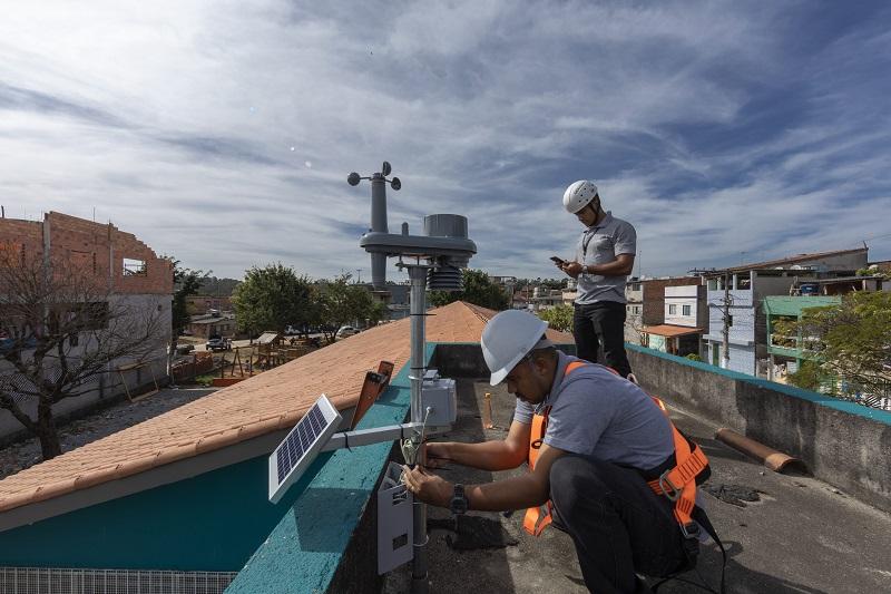 SAO PAULO, SP - 02 JULHO: O empreendedor social e diretor executivo da Pluvion, Diogo Tolezano, regula etscao medidora no Sumarezinho, Sao Paulo, em 02 de julho de 2019. A Pluvion cria solucoes meteorologicas de baixo custos para demcocratizar o acesso a boas informacoes sobre possiveis impactos climaticos no cotidiano das cidades e da sua populacao. (Foto: Renato Stockler)******PREMIO EMPREENDEDOR SOCIAL 2019******